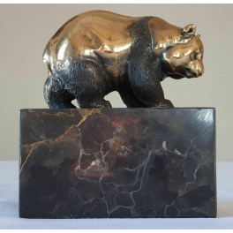 Meškos bronzinės statula